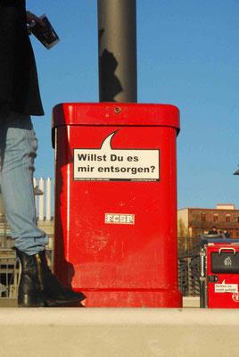 29- Hamburg,s tolle rote Mülleimer mit typischen coolen hanseatischen Sprüchen.
