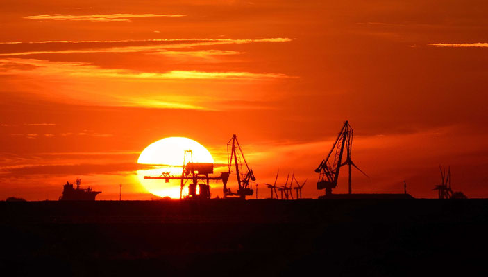 79 - Windrad, Windkraftanlage, Windpark, Windkraft, Windgenerator, Abenddämmerung, Sonnenuntergang, Elbe Schleswig Holstein, Kräne, Brunsbüttel