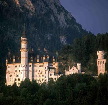 61 - Deutschand Bayern Schloss Neuschwanstein vor Alpenpanorama.