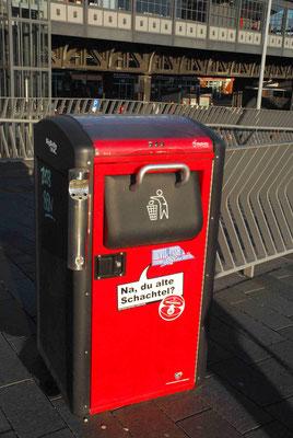 28- Hamburgs rote Mülleimer mit originellen Sprüchen, mittlerweile schon ein Wahrzeichen.