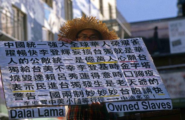 21- alter Mann, Dalai Lama , Protest
