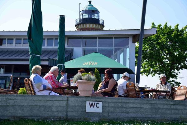 67 - Menschen in einem Eiscafe in Cuxhaven , darunter ein WC Schild, funny