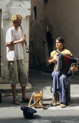3- Strassenkünstler mit Akkordeon und Klarinette