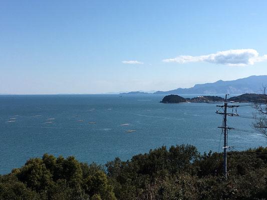 少し南西方向。小豆島も見えます。四国まで見えます。