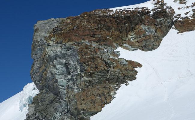 Die Spur im Schnee führt direkt zu den Felsen des Bivacco Rossi e Volante