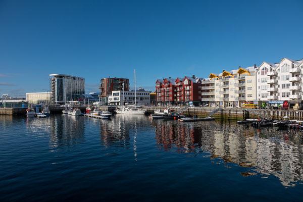 Blick von unserem Hotel auf die Hafenpromenade von Svolvaer