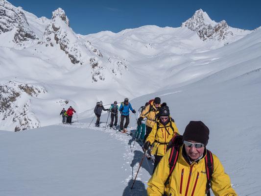 Auf dem Weg zur Crête du Chardonnet. Im Hintergrund die genussvollere Seite im Ecrins Massiv, rechts derPic de la Mouliniere, links das Skitourenziel der Ponsonniere
