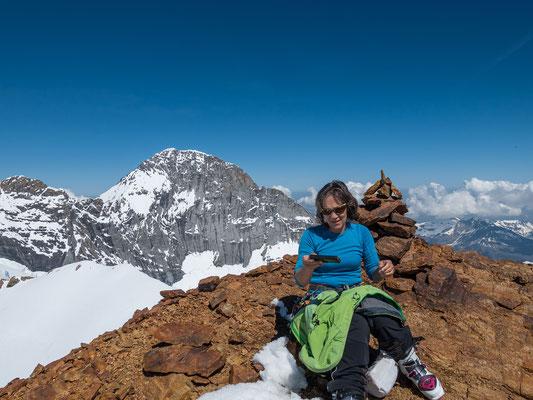 Geniale Temperaturen für eine ausgiebige Gipfelrast. Das Walcherhorn wird vom Eiger um knapp 300 Meter überragt