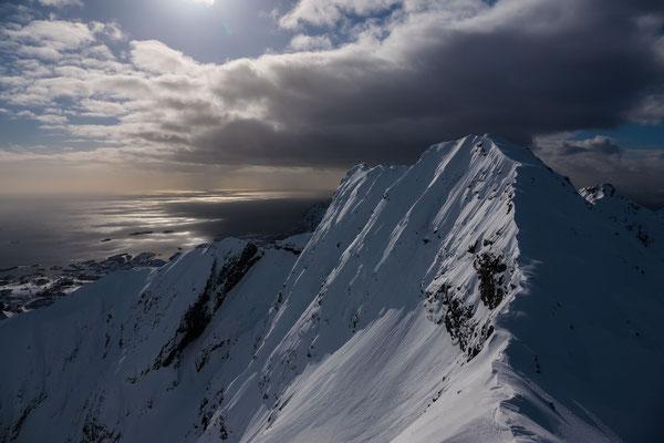 Auch der Stortind ist ein Skiberg, heute sieht er wild aus, wie das Wetter auf den Lofoten