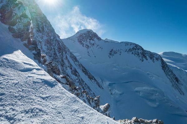 Zumsteinspitze, Signalkuppe und Parrotspitze, noch liegen die kleineren Nachbarn der Dufourspitze ein Stück weit über uns