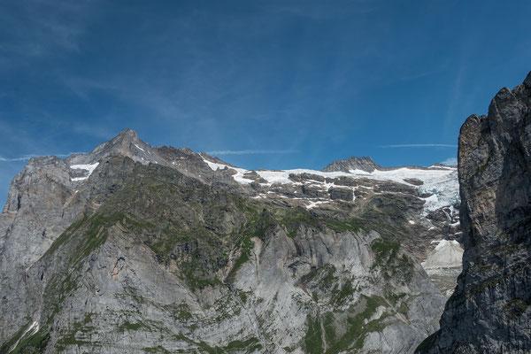 Wir fliegen dem Mättenberg entlang, nach einer 180 ° Drehung schauen wir zurück zum Hüttenweg der Glecksteinhütte, zum Bärglistock und zum Wetterhorn
