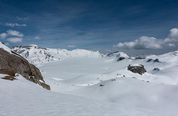 Die Dimensionen der Plain Morte werden klar unterschätzt. Links der Wildstrubel, das Schneehore und nur 70 Meter niedriger das Rothorn. Rechts aussen Les Faverges