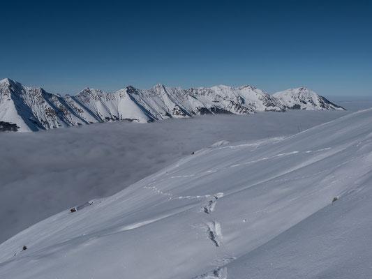 Erst am Gipfel sind mir zwei Gämsen zuvorgekommen, auch sie scheinen sich mit ihren Srüngen am Schnee zu freuen