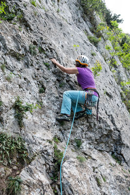 Auf der gegenüber liegenden Talseite sind anfangs dieses Jahrzehnts viele leichte Routen hinzugekommen. Franziska testet den verschwenderisch griffigen Fels