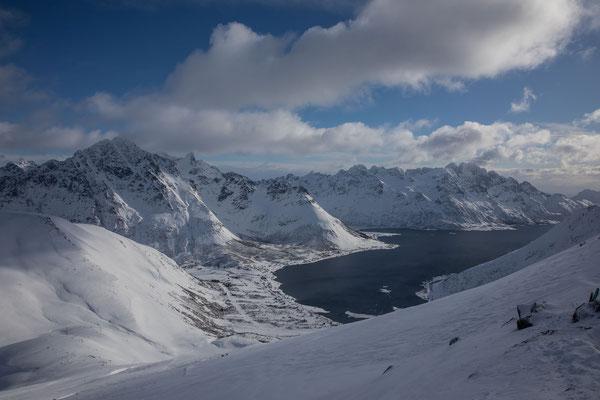 Die spitze Gipfelkalotte des Geitgaljetind ist gerade noch unter der Wolke sichtbar. Unser Tourenziel für Ende Woche???