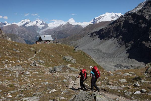 Prächtig gelegene Schönbielhütte mit Blick auf das Allalinhorn, Rimpfischhorn und Strahlhorn. Direkt über der Hütte der Findelgletscher, rechts aussen Nordend, Dufourspitze, Zumsteinspitze und Signalkuppe