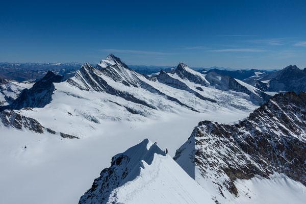 Die Sicht am Finsteraarhorn vorbei zeigt die Berninagruppe in weiter Ferne