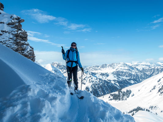 Kein Platz an der Sonne, dafür ist der Schnee Klasse und Usrina freut sich auf die bevorstehende Abfahrt