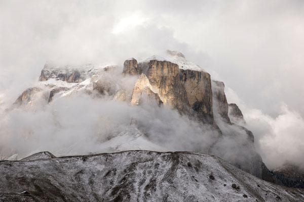 Das Endziel naht. Über dem Pass erheben sich die Sellatürme aus den Wolken
