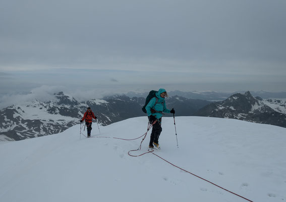 ...auch am nächsten Tag donnert es beim Erreichen des Gipfels von der Dent Blanche herüber, dieses Gewitter ist zum Glück weit entfernt am vorüber ziehen