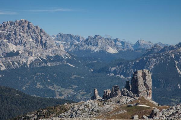 Die Cinque Torri, darunter aber vorwiegend verborgen liegt Cortina d`Ampezzo