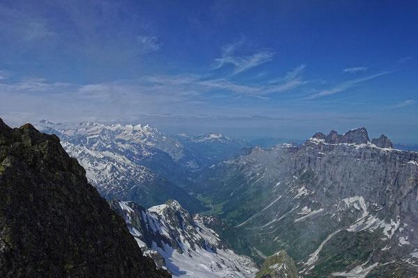 Die Wendenalp liegt tief unter uns, das Gadmertal wird flankiert von bekannten Wendenstöcken. Links davon glänzt die Wetterhorngruppe, anschliessend Mönch, Schreckhorn und Lauteraarhorn, der  Abschluss bildet das Finsteraarhorn