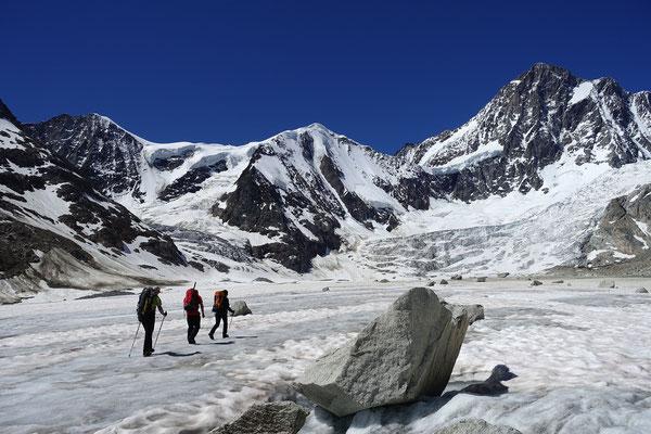 Auf dem Finsteraargletscher, in Bildmitte das Studerhorn. Morgen werden wir in seiner Gipfelfallinie den ersten Abbruch umwandern