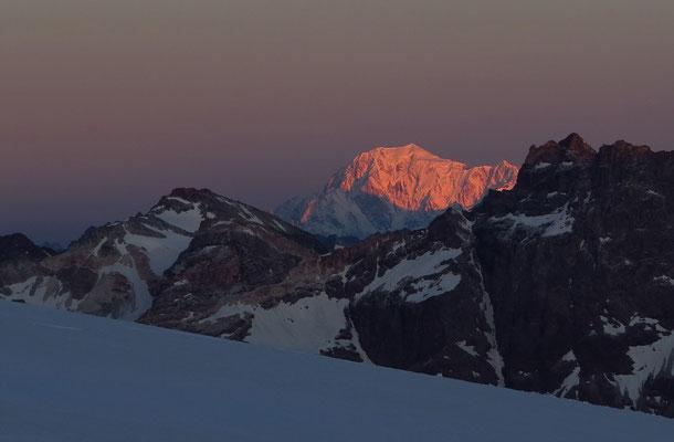Der Mont Blanc leuchtet in der Morgensonne