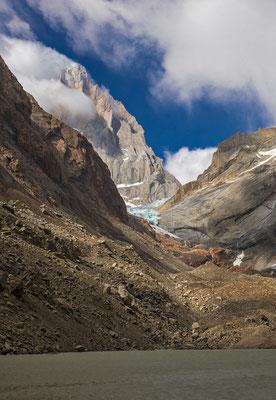 An der Laguna endet der Weg, Sturmfahnen peitschen den Fitz Roy und bilden neue Eiskrusten am Gipfel