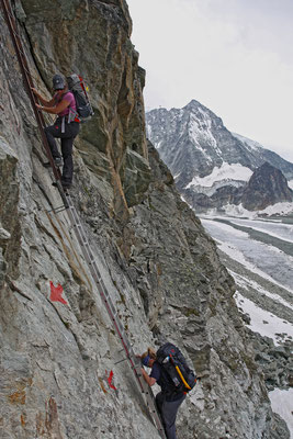 Steile Leitern führen am Pas de Chèvres auf den Glacier de Cheillon hinunter. Diese Stelle kann auch über den Col de Riedmatten umgangen werden