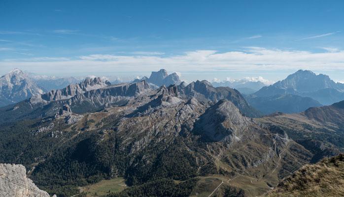 Blick auf unseren dritten bevorstehenden Wandertag. In der Bildmitte, aber nicht am Horizont der Averau, gleich links davon der spitzige Nuvolau. Da führt unser Weg hoch. Danach gehts runter zu den Cinque Torri und zurück zum Falzaregopass
