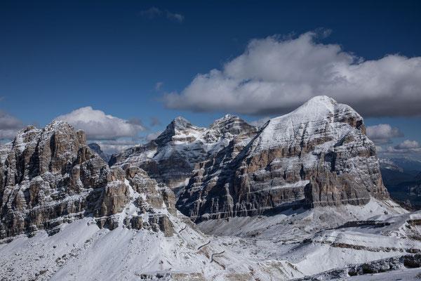 Die andere Seite des Lagazuoi, rechts anschliessend die Tofana di Dentro, Tofana di Mezzo und Tofana di Rozes