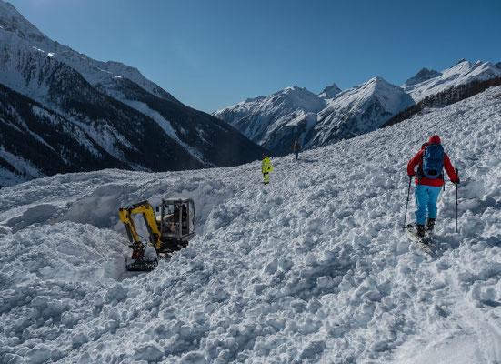 Die Zufahrtsstrasse  wird geräumt. Von der Schneeschleuder gleich links vom Bagger sind nur ein paar Pixel zu sehen bei min. 6-8 Meter Schnee
