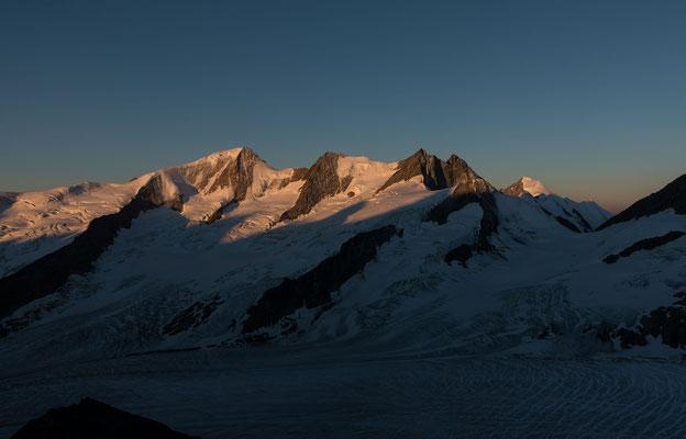 Sonnenaufgang kurz unter dem Frühstücksplatz mit Blick auf die Wannenhorngruppe und das Aletschhorn