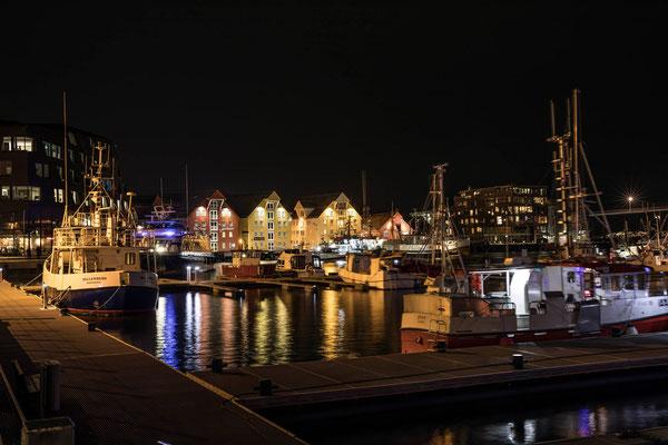 Am Hafen legen Fischerboote und ganz in der Nähe die grösseren Hurtigruten- Schiffe an