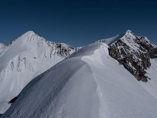 Die letzten Schritte zum Gipfel, links die Männliflue, rechts das Winterhore