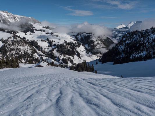 Vom Regen geprägte Schneedecke. Beim Menigwald auf 1600 Meter über Meer war die Schneedecke dank einer nächtliche Abstrahlung bereits  tragfähig gefroren