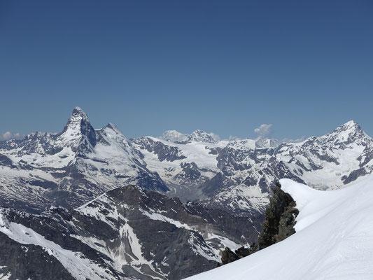Fantastischer Ausblick zum Matterhorn, Mont Blanc, Grand Combin und Dent Blanche, aufkeimende Gewitterzellen sind noch in weiter Ferne