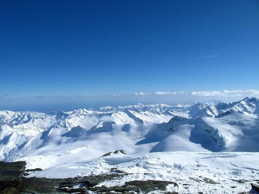 Gegen Süden hin reiht sich Gipfel an Gipfel, links der Monte Moropass, das Rothorn und das Steinchalchhorn. Am rechten Bildrand die Roffelhörner und das Schwarzberhorn, alle Gipfel bilden den Grenzverlauf Schweiz-Italien
