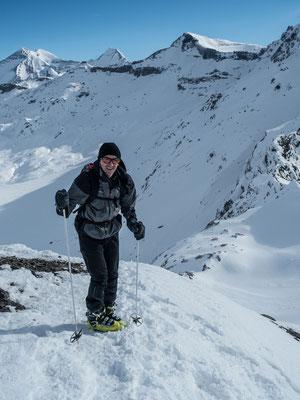 Charles freut sich sichtlich über seine erste Skitour dieses Winters. Und wenn dann der Powder wieder im Land einkehrt, dann geben wir zwei noch einen obendrauf.