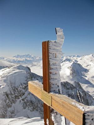 Blick vom Wildstrubel auf die Plaine Morte, darüber der Mont Blanc und rechts vom schönen Gipfelkreuz das Wildhorn