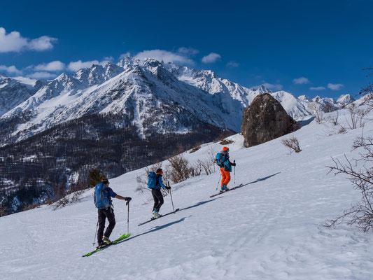 Doch vorher versuchen wir unser Glück auf der Sonnenseite oberhalb Le Monêtier mit der Hoffnung auf tragfähigen Schnee an der Crête du Grand Vallon. In den beiden letzten Tage ist Bruno auch zu uns gestossen, im Sommer  seiner Lieblingsgebiet Weltweit!!!