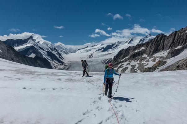 Nach gut zwei Stunden sind wir in der Lücke und geniessen den Ausblick auf das Aletschhorn