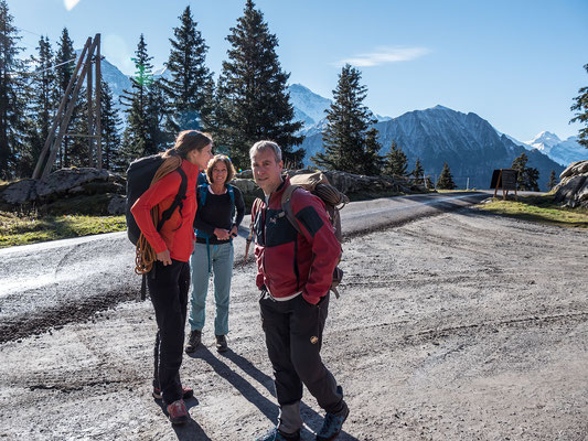 Corinne, Franziska und Dani, darüber die Jungfrau, der Männlichen und das Tschingelhorn