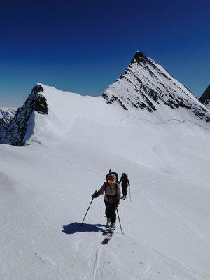 Endlich geschafft! Für Anina ist dies die erste Skitour auf den 3740 Meter hohen Grat. Das Agassizhorn wird im Winter selten bestiegen, hat aber Abfahrtsspuren in seiner steilen Südflanke