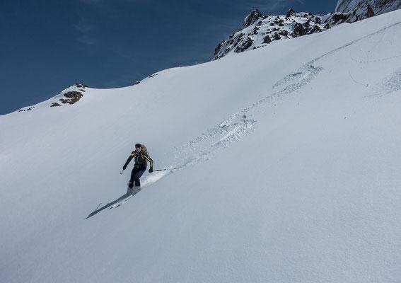 Zwei frische Spuren verzieren die Traumhänge des unbekannten Gipfels