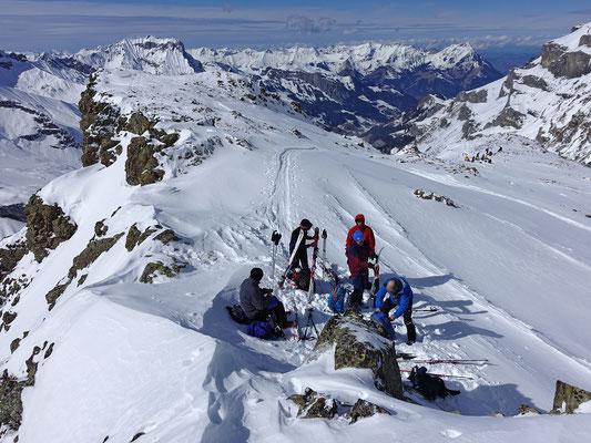 Am Ziel, wir geniessen den prächtigen Ausblick zum Ärmighorn und zur Niesenkette
