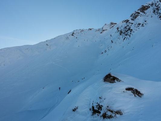 29.12. Eine Spur zum davonlaufen, aber da muss ich durch. Der finale Steilhang zum Cheibehorn, rechts noch ohne eine Linie, genau das Richtige für mich?