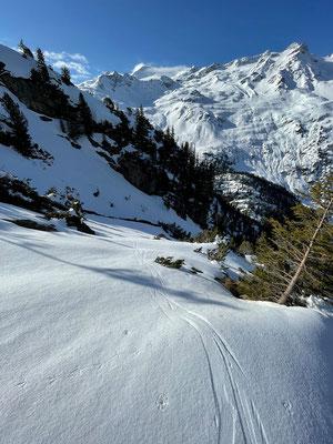 Beinhart gefroren ist heute der Schnee und verlangt auf den ersten Metern eine sichere Lauftechnik
