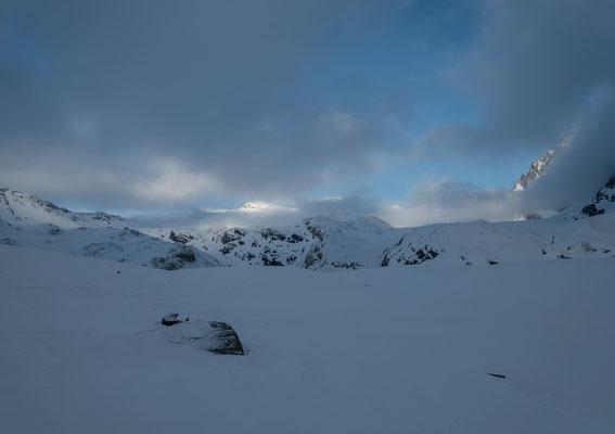Anstatt über den Palü zur Alp Grüm abzufahren wählen wir den Piz Tremoggia zum Ziel. Der Gipfel liegt noch in weiter Ferne und ist nur auf den zweiten Blick oberhalb der besonnten Wolke sichtbar